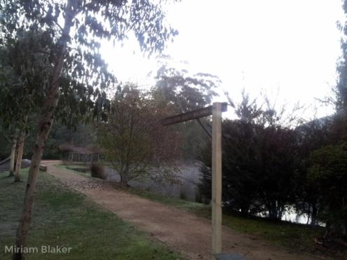 Walking trail along creek (800x600)